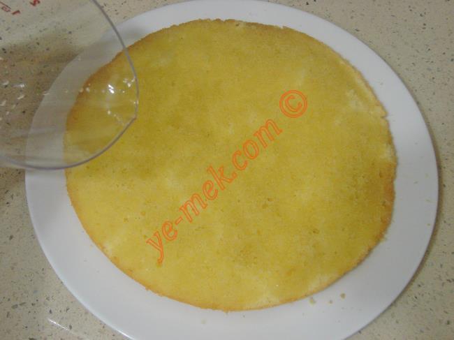 Diğer kek parçasını da bir tabak üzerine koyun. Üzerine kalan şerbeti dökün.