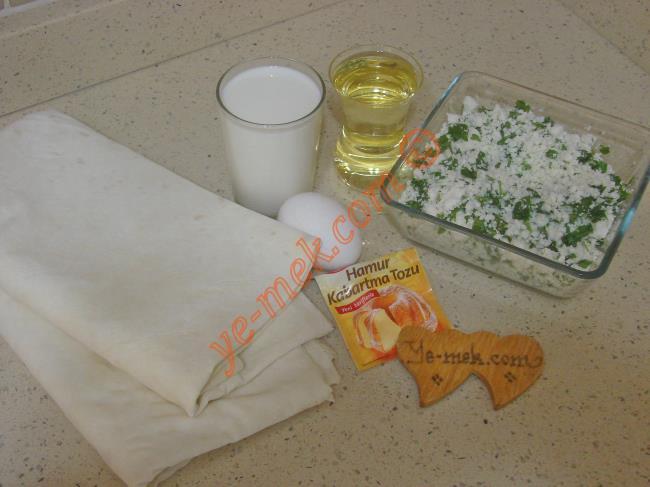 Sütlü Serpme Börek İçin Gerekli Malzemeler :  <ul> <li>4 adet yufka</li> <li><strong>Sosu İçin:</strong></li>         <li>2 su bardağı süt</li>         <li>1 çay bardağı sıvı yağ</li>         <li>1 adet yumurta</li> <li>1 paket kabartma tozu</li>         <li>1 tutam tuz</li>         <li><strong>İç Malzemesi İçin:</strong></li>         <li>250 gr lor peyniri</li> <li>2 tutam maydanoz</li> </ul>
