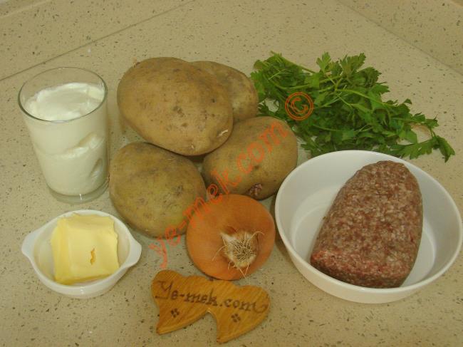 Yoğurtlu Kıymalı Patates Mantısı İçin Gerekli Malzemeler :  <ul> <li>4 adet orta boy patates</li>         <li>1/2 demet maydanoz</li>         <li>Tuz, karabiber</li> <li><strong>İç Harcı İçin:</strong></li>         <li>200 gr kıyma</li>         <li>1 adet orta boy soğan</li>         <li>3 yemek kaşığı sıvı yağ</li> <li>Tuz, karabiber</li>         <li><strong>Yoğurt Sosu İçin:</strong></li>         <li>1 su bardağı yoğurt</li> <li>1 diş sarımsak</li>         <li>Tuz</li>         <li><strong>Üzeri İçin:</strong></li>         <li>1 tatlı kaşığı tereyağı</li> <li>1 yemek kaşığı zeyinyağı</li>         <li>Kırmızı pul biber</li> </ul>
