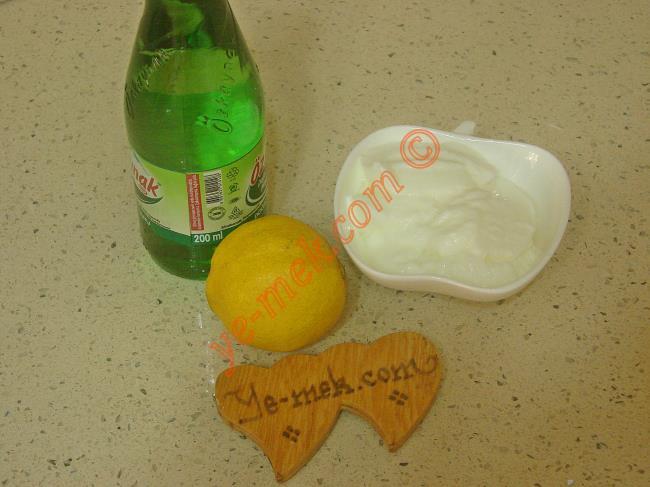 Göbek Eriten Soda Yoğurt Kürü İçin Gerekli Malzemeler :  <ul>  <li>3 yemek kaşığı yağsız yoğurt</li>          <li>1 şişe soda</li>  <li>1/2 limon suyu</li> </ul>