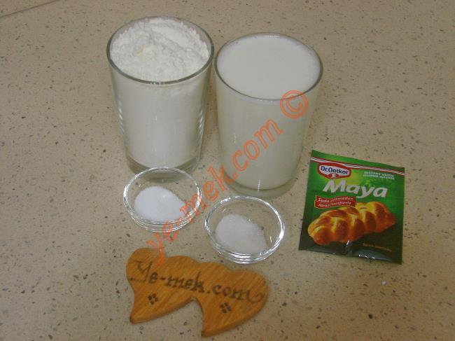Sütlü Pişi İçin Gerekli Malzemeler :  <ul> <li>1,5 su bardağı ılık süt (Oda ısısında)</li> <li>1 tatlı kaşığı toz şeker</li> <li>1 tatlı kaşığı tuz</li> <li>1 paket instant kuru maya</li>         <li>4 su bardağı un</li> <li>Kızartmak için sıvıyağ</li> </ul>