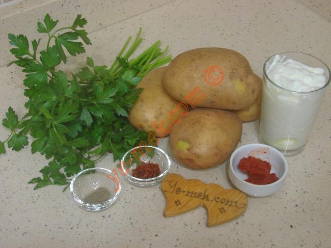 Yoğurtlu Patates Mantısı İçin Gerekli Malzemeler :  <ul> <li>4 adet orta boy patates</li>         <li>1/2 demet maydanoz</li>         <li>Tuz, karabiber</li>         <li><strong>Üzeri İçin:</strong></li>         <li>1 kase yoğurt</li> <li>2 diş rendelenmiş sarımsak</li>         <li>3 yemek kaşığı sıvı yağ</li>         <li>1 tatlı kaşığı domates salçası</li>         <li>2 yemek kaşığı su</li> </ul>