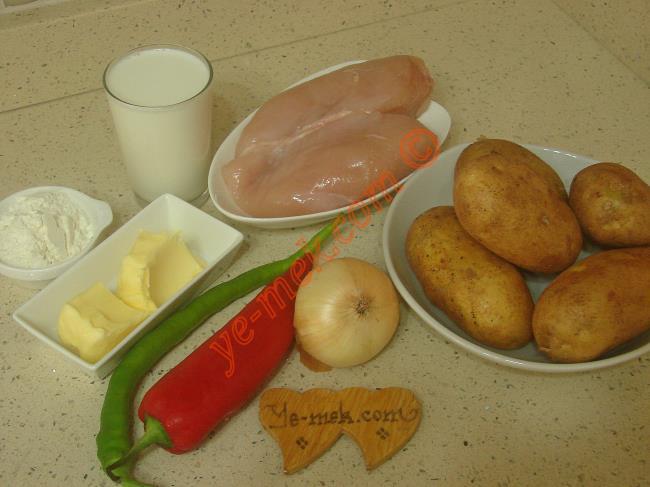 Fırında Patates Püreli Tavuk Yemeği İçin Gerekli Malzemeler :  <ul> <li>500 gr tavuk göğsü</li> <li>1 adet kuru soğan</li> <li>1 adet kapya biber</li>         <li>1 adet yeşil biber</li> <li>Tuz</li>         <li>Karabiber</li>         <li><strong>Patates Püresi İçin:</strong>         <li>5 adet orta boy patates</li>         <li>1 yemek kaşığı tereyağı</li>         <li>2 yemek kaşığı süt</li>         <li>Tuz</li>         <li>Karabiber</li> <li><strong>Beşamel Sos İçin:</strong> <li>2 yemek kaşığı tereyağı</li> <li>2 yemek kaşığı tepeleme un</li> <li>2,5 su bardağı süt</li> <li>Tuz</li>         <li>Karabiber</li> <li><strong>Üzeri İçin:</strong></li> <li>Rendelenmiş kaşar peynir</li>  </ul>