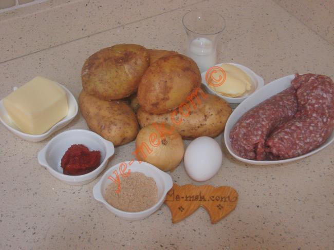 Fırında Püreli Köfte İçin Gerekli Malzemeler :  <ul> <li>500 gr kıyma</li>         <li>1 adet yumurta</li>         <li>1 adet soğan</li>         <li>2 yemek kaşığı galeta unu</li>         <li>Tuz, karabiber, kimyon, kekik</li>         <li><strong>Püresi İçin:</strong></li>          <li>5 adet orta boy patates</li>         <li>1 yemek kaşığı dolusu tereyağı</li>         <li>1/2 çay bardağı süt</li>         <li>Tuz</li>         <li><strong>Üzeri İçin:</strong></li>           <li>1 yemek kaşığı domates salçası</li>          <li>1 su bardağı su</li>          <li>Rendelenmiş kaşar peynir</li>    </ul>