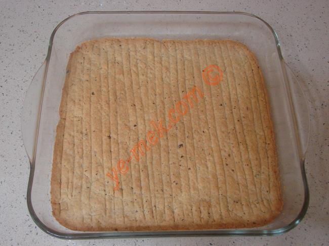 Nevzine tatlısı piştikten sonra fırından çıkartıp, 2 dakika ılımaya bırakın.