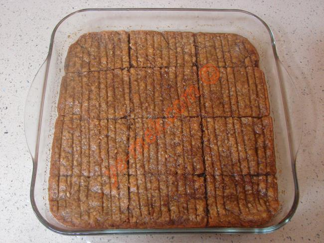 Nevzine tatlısının şerbeti diğer tatlılara göre biraz daha geç çeker. Tatlı şerbetini çektikten sonra servis tabağına alın.