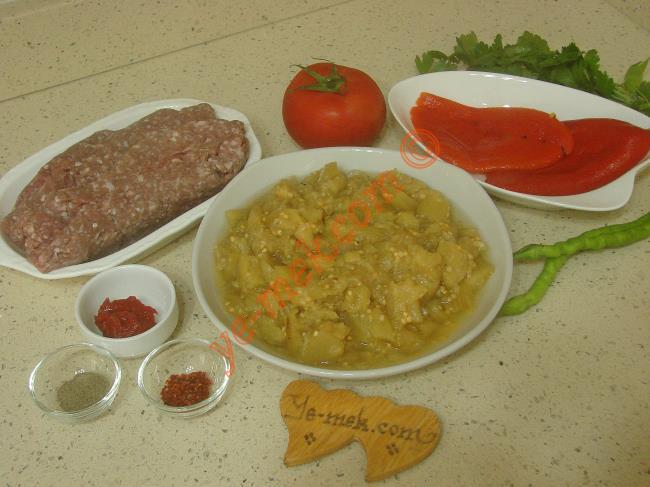 Söğürmeli Kebap İçin Gerekli Malzemeler :  <ul>         <li>1 kavanoz hazır közlenmiş patlıcan</li> <li>2 adet közlenmiş kırmızı biber</li> <li>2 adet yeşil biber</li> <li>1 adet orta boy domates</li>         <li>Zeytinyağı</li>         <li>Tuz</li>         <li><strong>Köftesi İçin:</strong></li> <li>500 gr kıyma</li>         <li>1/2 yemek kaşığı domates salçası</li>         <li>1 çay kaşığı karabiber</li>         <li>1 çay kaşığı pul biber</li>         <li>Tuz</li>         <li><strong>Üzeri İçin:</strong></li>         <li>1 tutam maydanoz</li> </ul>