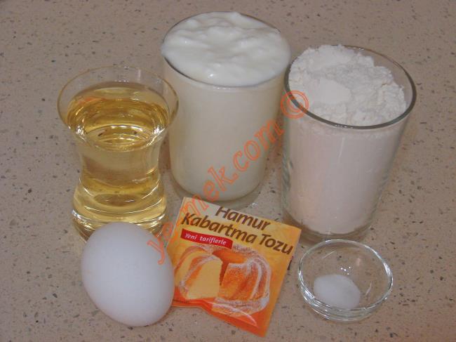 Az Malzemeli Poğaça İçin Gerekli Malzemeler :  <ul> <li>1 su bardağı yoğurt</li> <li>1 çay bardağı sıvı yağ</li>         <li>1/2 çay kaşığı tuz</li> <li>1 paket kabartma tozu</li>         <li>3 su bardağı un</li>         <li><strong>İç Malzemesi İçin:</strong></li>         <li>Lor peynir ya da beyaz peynir</li> <li><strong>Üzeri İçin:</strong></li> <li>Yumurta sarısı</li> </ul>
