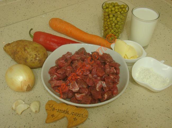 Buğu Kebabı İçin Gerekli Malzemeler :  <ul> <li>500 gr kuşbaşı et</li> <li>1 adet kuru soğan</li> <li>1 adet havuç</li> <li>1 adet patates</li> <li>1 adet kırmızı biber</li>         <li>1,5 su bardağı haşlanmış bezelye</li>         <li>4 diş sarımsak</li>         <li>Tuz, karabiber</li> </ul>