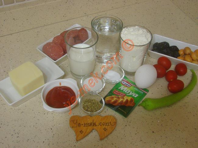 Doyuran Pizza İçin Gerekli Malzemeler :  <ul> <li>1 su bardağı ılık su</li>         <li>1/2 su bardağı süt</li>         <li>1 yemek kaşığı toz şeker</li> <li>1 tatlı kaşığı tepeleme instant kuru maya</li> <li>1 tatlı kaşığı tuz</li> <li>3,5 su bardağı un</li>         <li><strong>Sosu İçin:</strong></li>         <li>2 yemek kaşığı ketçap</li>         <li>1 tatlı kaşığı kekik</li> <li><strong>Üzeri İçin:</strong></li> <li>Domates, biber, sucuk, mısır, zeytin</li>         <li>Rendelenmiş kaşar peynir</li> </ul>