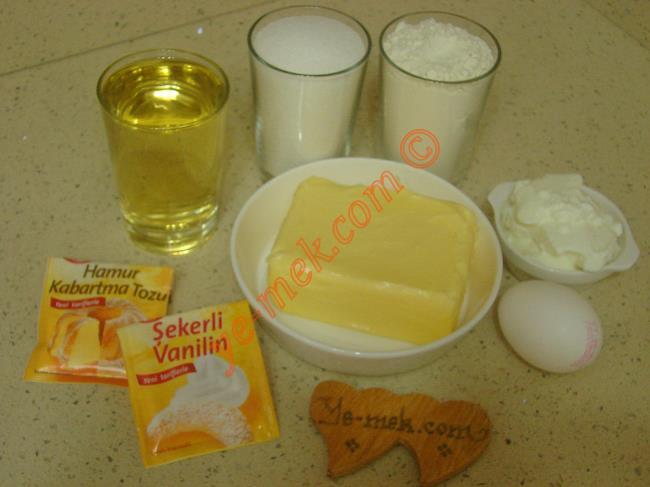Erzincan Lokumu İçin Gerekli Malzemeler :  <ul> <li>250 gr tereyağı (Oda sıcaklığında)</li> <li>1 adet yumurta</li>         <li>2 yemek kaşığı yoğurt</li> <li>1 su bardağı sıvı yağ</li> <li>1 su bardağı toz şeker</li>         <li>1 paket kabartma tozu</li>         <li>1 paket vanilya </li>         <li>4 su bardağı un</li> <li><strong>Üzeri İçin:</strong></li>         <li>Pudra şekeri</li>  </ul>