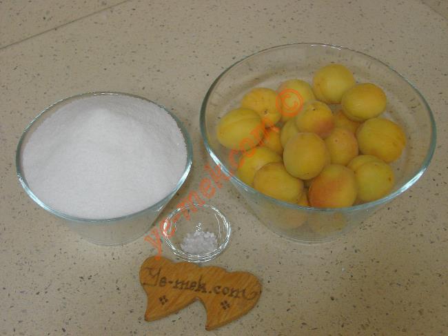Kayısı Reçeli İçin Gerekli Malzemeler :  <ul>   <li>500 gr küçük boy kayısı</li>         <li>500 gr toz şeker</li>         <li>1/2 çay kaşığı limon tuzu</li> </ul>