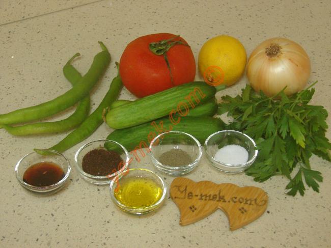 Kebapçı Salatası İçin Gerekli Malzemeler :  <ul> <li>1 adet büyük boy domates</li>    <li>3 adet küçük boy salatalık</li>         <li>3 adet sivri biber</li> <li>1 adet orta boy kuru soğan</li> <li>8 dal maydanoz</li>         <li>1/2 limon suyu</li>  <li>1/2 çay kaşığı karabiber</li>         <li>1 tatlı kaşığı nar ekşisi</li>         <li>1 tatlı kaşığı sumak</li>         <li>1 yemek kaşığı zeytinyağı</li>         <li>Tuz</li>          </ul>