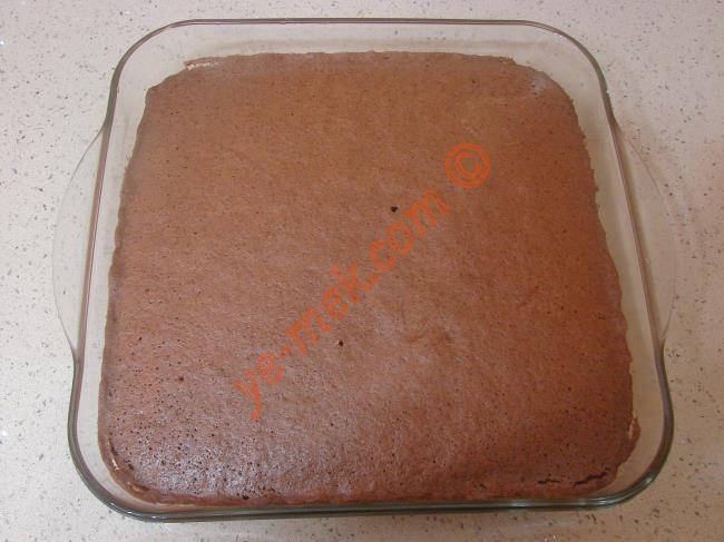 Kek piştikten sonra fırından çıkartıp, 3-4 dakika kadar ilk sıcaklığının gitmesini sağlayın.