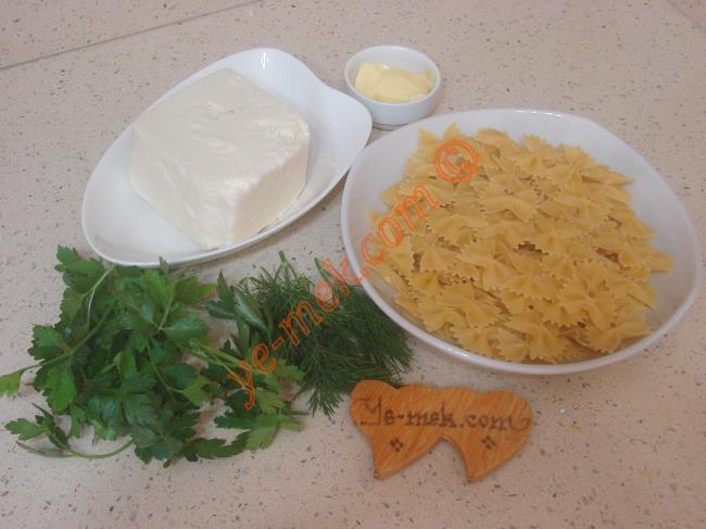 Peynirli Makarna İçin Gerekli Malzemeler :  <ul> <li>1/2 paket makarna</li> <li><strong>Peynirli Sos İçin:</strong></li> <li>100 gr beyaz peynir</li>         <li>1 tutam maydanoz</li>         <li>1 tutam dereotu</li>         <li>1/2 yemek kaşığı tereyağı</li> <li>Tuz</li> </ul>