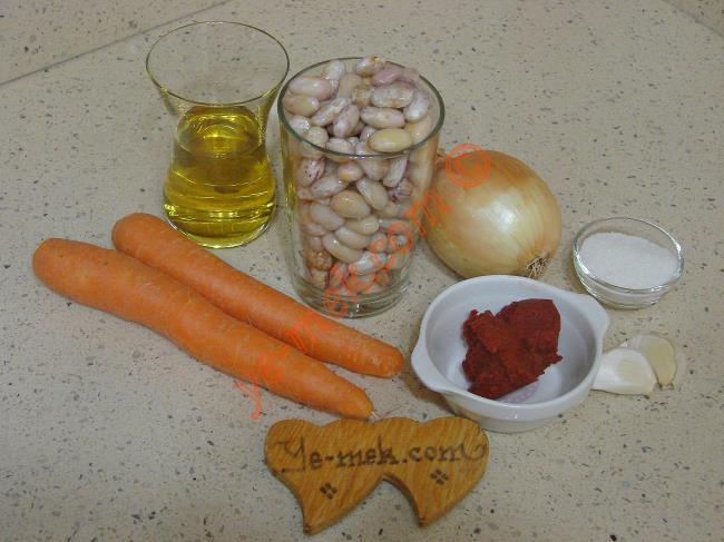 Barbunya Yemeği İçin Gerekli Malzemeler :  <ul> <li>3 su bardağı ayıklanmış taze barbunya</li> <li>1 adet soğan</li>         <li>2 adet küçük boy havuç</li>         <li>2 diş sarımsak</li> <li>1/2 çay bardağı zeytinyağı</li> <li>1 yemek kaşığı domates salçası</li> <li>1 yemek kaşığı toz şeker</li> <li>Tuz</li> <li><strong>Üzeri İçin:</strong></li> <li>Maydanoz</li> </ul>