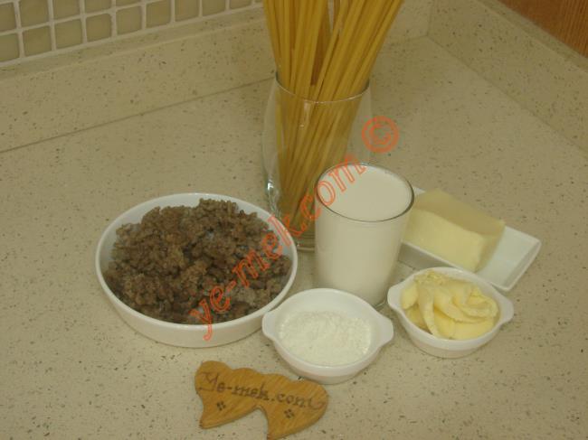 Kıymalı Fırın Makarna İçin Gerekli Malzemeler :  <ul> <li>1/2 paket fırın makarna</li>         <li>200 gr kavrulmuş kıyma</li> <li>2 yemek kaşığı tereyağı</li> <li>1,5 yemek kaşığı un</li>         <li>2,5 su bardağı soğuk süt</li> <li>Tuz</li> <li><strong>Üzeri İçin:</strong></li> <li>Rendelenmiş kaşar peynir</li> </ul>