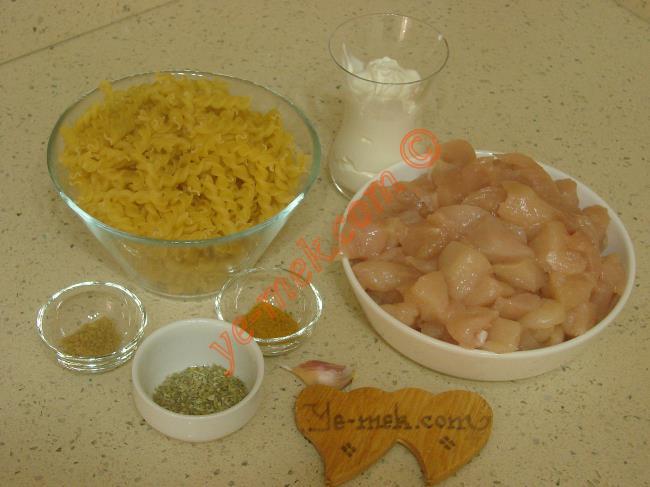Tavuklu Makarna İçin Gerekli Malzemeler :  <ul> <li>1/2 paket makarna</li> <li>500 gr tavuk göğsü</li>         <li>1 yemek kaşığı tereyağı</li>         <li>100 ml süt kreması</li>         <li>1 çay kaşığı köri</li>         <li>1 tatlı kaşığı kekik ya da fesleğen</li>         <li>1 diş sarımsak</li> <li>Tuz</li> </ul>