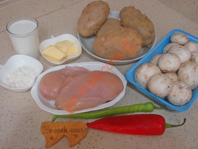 Tavuklu Patates Oturtma İçin Gerekli Malzemeler :  <ul> <li>500 gr kuşbaşı doğranmış tavuk göğsü</li> <li>1 paket mantar (400 gr)</li> <li>4 adet büyük boy patates</li>         <li>1 adet kapya biber</li>         <li>1 adet yeşil biber</li>         <li>Zeytinyağı</li>         <li>Tuz, karabiber, pulbiber, kekik</li> <li><strong>Beşamel Sos İçin:</strong> <li>2 yemek kaşığı tereyağı</li> <li>2 yemek kaşığı un</li> <li>2,5 su bardağı süt</li> <li>Tuz</li> <li>Karabiber</li> <li><strong>Üzeri İçin:</strong></li> <li>Rendelenmiş kaşar peynir</li>  </ul>