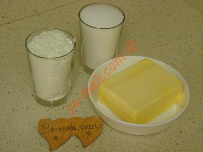 Tam Ölçülü Un Helvası İçin Gerekli Malzemeler :  <ul> <li>250 gr tereyağı ya da margarin</li> <li>2 su bardağı un</li> <li><strong>Şerbeti İçin:</strong></li> <li>2,5 su bardağı toz şeker</li>         <li>2,5 su bardağı su</li> </ul>