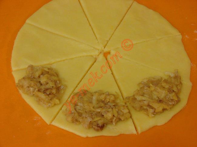 Elmalı kurabiye şekileri için; açtığınız hamuru önce dörde sonrada her parça dilimini 2 ye kesin. Toplam 8 eşit parçaya kesmiş olacaksınız.