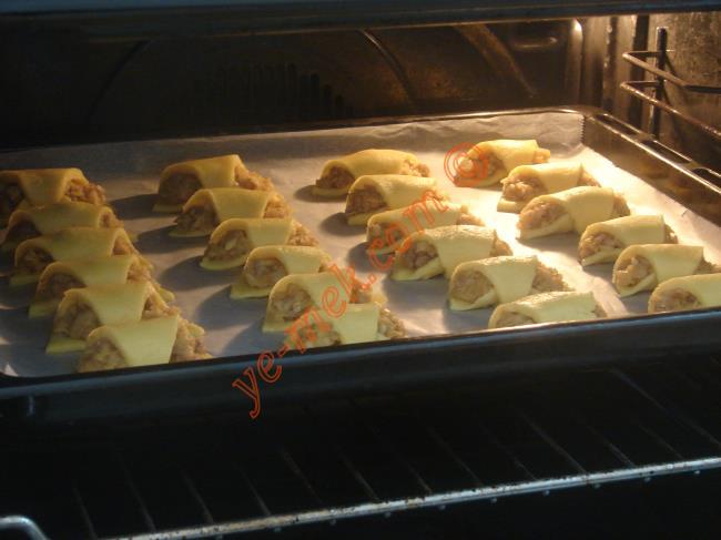 Önceden ısıtılmış 170 derece fırına verin. Üzerleri hafifçe pembeleşene kadar yaklaşık 20-25 dakika pişirin.