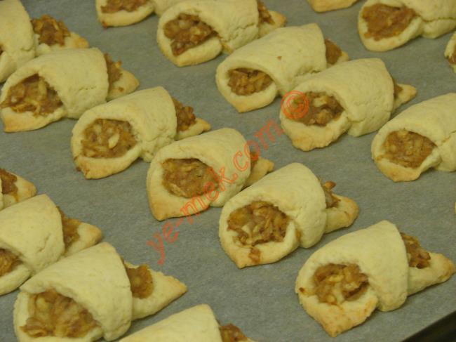 Ağızda dağılan elmalı kurabiyeler piştikten sonra fırından çıkartıp, soğumaya bırakın.