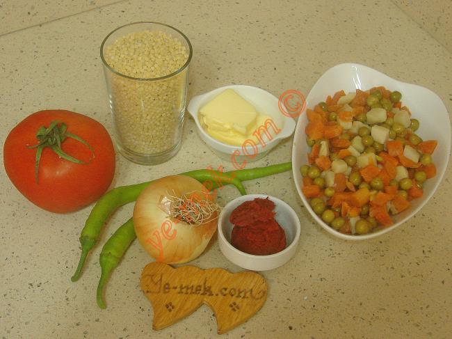 Sebzeli Kuskus Pilavı İçin Gerekli Malzemeler :  <ul> <li>1 su bardağı kuskus</li>         <li>1,5 su bardağı garnitür</li> <li>1 adet orta boy soğan</li>         <li>2 adet yeşil biber</li>         <li>1 adet orta boy domates</li>         <li>1 tatlı kaşığı dolusu domates salçası</li>         <li>2,5 su bardağı sıcak su</li>         <li>1 yemek kaşığı tereyağı</li>         <li>2 yemek kaşığı zeytinyağı</li> <li>Tuz</li> </ul>