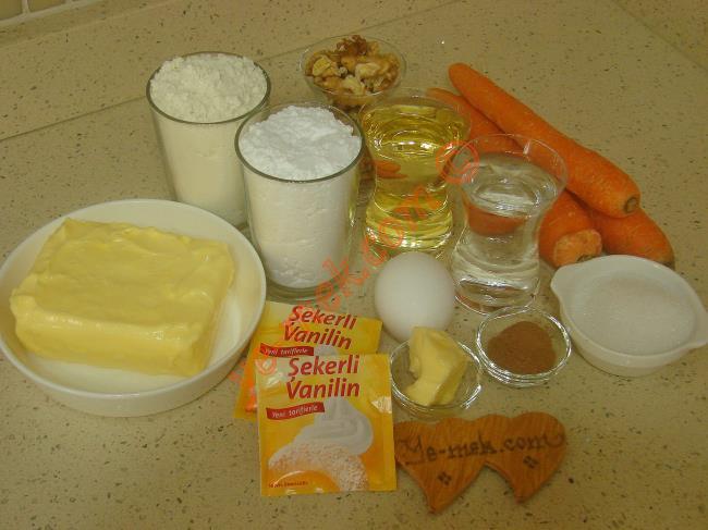 Havuçlu Kurabiye İçin Gerekli Malzemeler :  <ul> <li>250 gr tereyağı (Oda sıcaklığında)</li>         <li>1 adet yumurta</li>         <li>1 çay bardağı sıvı yağ</li>         <li>1 su bardağı pudra şekeri</li>         <li>1 çay bardağı ılık su</li>         <li>1 paket vanilya</li>         <li>4,5 su bardağı un</li> <li><strong>İç Harcı İçin:</strong> <li>3 adet büyük boy havuç</li>         <li>3 yemek kaşığı toz şeker</li>         <li>4 yemek kaşığı su</li>         <li>1 tatlı kaşığı tereyağı</li>         <li>1 tatlı kaşığı tarçın</li>         <li>1 paket vanilya</li>         <li>1 çay bardağı ceviz</li>         <li><strong>Üzeri İçin:</strong>         <li>Pudra şekeri</li>  </ul>