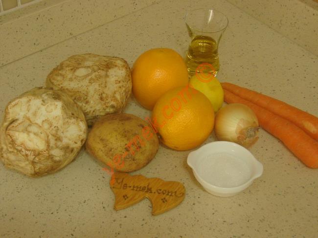 Kereviz Yemeği İçin Gerekli Malzemeler : ul>  <li>2 adet orta boy kereviz</li> <li>1 adet orta boy patates</li>         <li>2 adet orta boy havuç</li>         <li>1 adet küçük boy soğan</li>         <li>1/2 çay bardağı zeytinyağı</li>         <li>2 adet sıkılmış portakal suyu</li>         <li>1 adet küçük boy limon suyu</li>         <li>2 yemek kaşığı toz şeker</li> <li>Tuz</li>         <li><strong>Üzeri İçin:</strong></li> <li>1 tutam dereotu</li> </ul>Kereviz yemeğini yapmadan önce 1 adet küçük boy soğanı ince ince doğrayın. 2 adet orta boy havucun kabuğunu soyup, halkalar halinde kesin. 1 adet orta boy patates ve 2 adet orta boy kerevizin de kabuğunu soyup, küpler halinde kesin. Kerevizlerin kararmaması için limonlu su içinde bekletin.