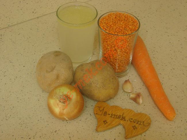Lokanta Usulü Mercimek Çorbası İçin Gerekli Malzemeler :  <ul> <li>1,5 su bardağı kırmızı mercimek</li> <li>2 su bardağı et suyu ya da tavuk suyu</li> <li>1 adet kuru soğan</li> <li>1 adet büyük boy havuç</li> <li>2 adet patates</li> <li>2 diş sarımsak</li> <li>Tuz, karabiber</li>         <li>4 su bardağı sıcak su</li> </ul>