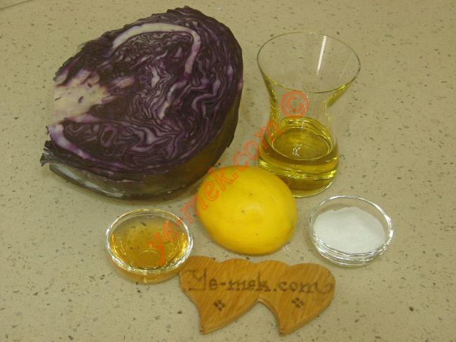 Lokanta Usulü Mor Lahana Salatası İçin Gerekli Malzemeler :  <ul> <li>1/2 orta boy mor lahana (kırmızı lahana)</li>  <li>1 adet küçük boy limon</li>         <li>2 yemek kaşığı sirke</li>         <li>1/2 yemek kaşığı tuz</li>         <li>Zeytinyağı</li> </ul>