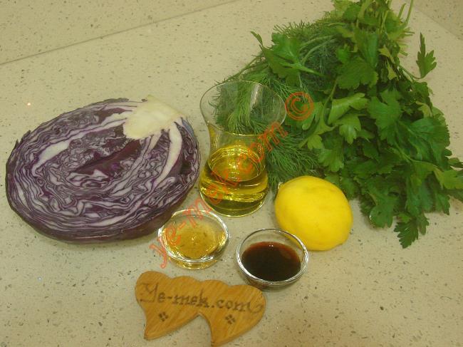 Mor Lahana Salatası İçin Gerekli Malzemeler :  <ul> <li>1/2 orta boy mor lahana (kırmızı lahana)</li>  <li>1 adet limon</li>         <li>2 yemek kaşığı sirke</li> <li>1 yemek kaşığı nar ekşisi</li>         <li>1 yemek kaşığı silme tuz</li>         <li>1/2 demet maydanoz</li>         <li>1/2 demet dereotu</li>         <li>Zeytinyağı</li> </ul>