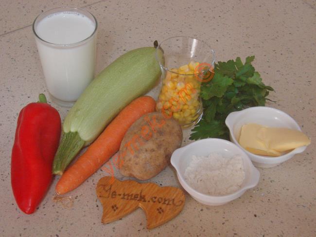 Sebze Çorbası İçin Gerekli Malzemeler :  <ul> <li>1 adet küçük boy patates</li> <li>1 adet küçük boy havuç</li> <li>1 adet küçük boy kapya biber</li>         <li>1/2 adet kabak</li> <li>1/2 çay bardağı haşlanmış mısır</li> <li>1 tutam maydanoz</li>         <li>1 yemek kaşığı tereyağı</li>         <li>1 yemek kaşığı sıvı yağ</li> <li>1 yemek kaşığı un</li>         <li>1 su bardağı süt</li>         <li>3 su bardağı sıcak su</li> <li>Tuz</li> </ul>Sebze çorbası yapımı için; 1 adet küçük boy patates, yarım adet kabak, 1 adet küçük boy havuç ve 1 adet küçük boy kapya biberi minik küpler halinde kesin. 1 tutam maydanozu da ince ince doğrayın.