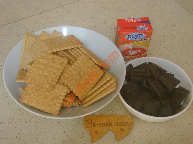 Üç Malzemeli Mozaik Pasta İçin Gerekli Malzemeler :  <ul> <li>1 paket pötibör bisküvi</li> <li>1 paket süt kreması (200 ml)</li>         <li>200 gr bitter ya da sütlü çikolata</li>  </ul>