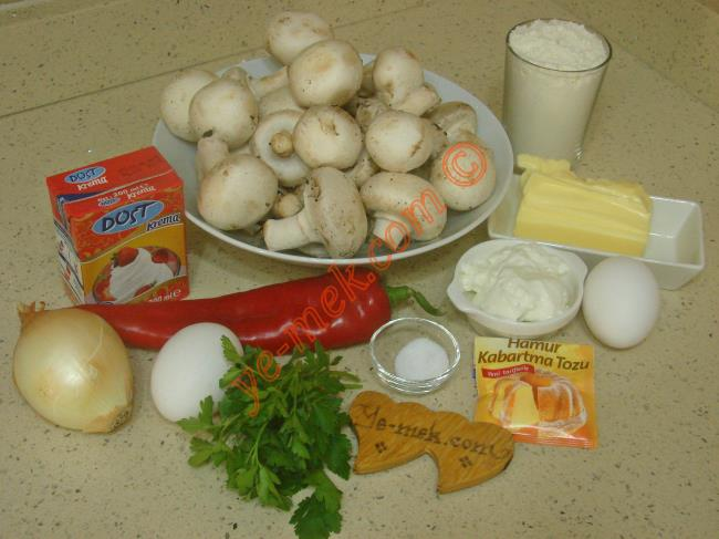 Mantarlı Kiş İçin Gerekli Malzemeler :  <ul> <li>100 gr tereyağı (Oda ısısında)</li> <li>1 adet yumurta</li>         <li>2 yemek kaşığı yoğurt</li> <li>1 çay kaşığı tuz</li> <li>1 çay kaşığı kabartma tozu</li> <li>2 su bardağı un</li> <li><strong>İç Malzemesi İçin:</strong></li> <li>500 gr mantar</li> <li>1 adet soğan</li>         <li>1 kutu sıvı krema (200 ml)</li>         <li>1 adet yumurta</li>         <li>1 tutam maydanoz</li>         <li>1 çay kaşığı tuz</li>         <li>Az miktar karabiber</li>         <li><strong>Üzeri İçin:</strong></li>         <li>Rendelenmiş kaşar peynir</li> </ul>