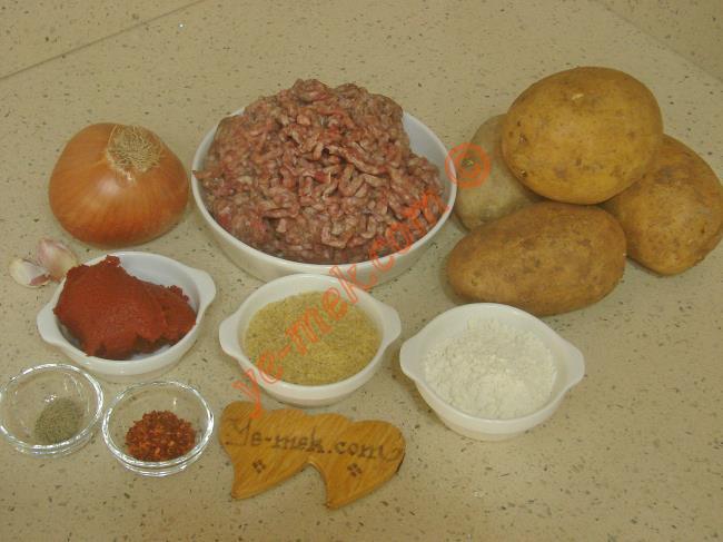 Sulu Köfte İçin Gerekli Malzemeler :  <ul> <li>400 gr kıyma</li>         <li>4 yemek kaşığı kısırlık bulgur</li> <li>2 diş sarımsak</li>         <li>2 yemek kaşığı un</li>         <li>4 adet orta boy patates</li>         <li>1 adet orta boy kuru soğan</li>         <li>3 yemek kaşığı sıvı yağ</li>         <li>2 yemek kaşığı domates salçası</li> <li>Tuz</li>         <li>Karabiber</li>         <li>Kırmızı pul biber</li>      </ul>