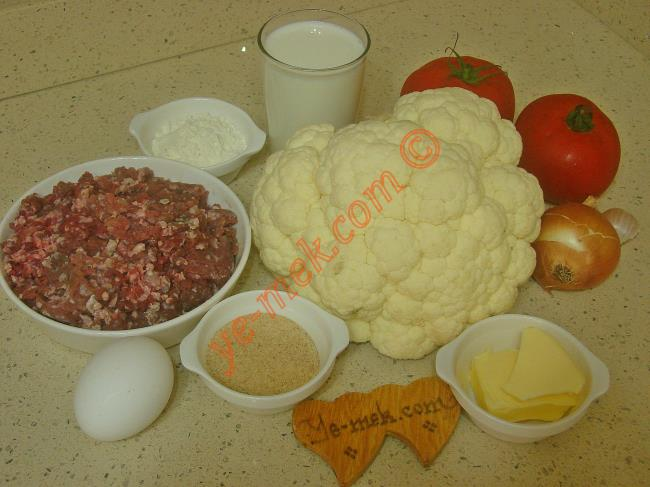 Fırında Karnabahar Yemeği İçin Gerekli Malzemeler :  <ul> <li>1 adet orta boy karnabahar</li>         <li><strong>Köfte İçin:</strong> <li>400 gr kıyma</li>         <li>1 adet orta boy soğan</li>         <li>1 adet yumurta</li>         <li>2 yemek kaşığı galeta unu</li>         <li>1 tutam maydanoz</li>         <li>Tuz, karabiber, kimyon, kekik</li>         <li><strong>Domates Sosu İçin:</strong>         <li>2 adet büyük boy domates</li>         <li>1 diş rendelenmiş sarımsak</li>         <li>1 yemek kaşığı tereyağı</li>         <li><strong>Beşamel Sos İçin:</strong> <li>1 yemek kaşığı tereyağı</li>         <li>1 yemek kaşığı dolusu un</li> <li>2 su bardağı süt</li>         <li>Tuz, karabiber</li>         <li><strong>Üzeri İçin:</strong>         <li>Rendelenmiş kaşar peynir</li> </ul>