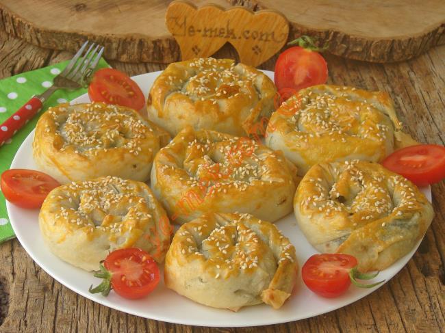 El Açması Lezzetinde Nefis Bir Börek : Ispanaklı Gül Böreği