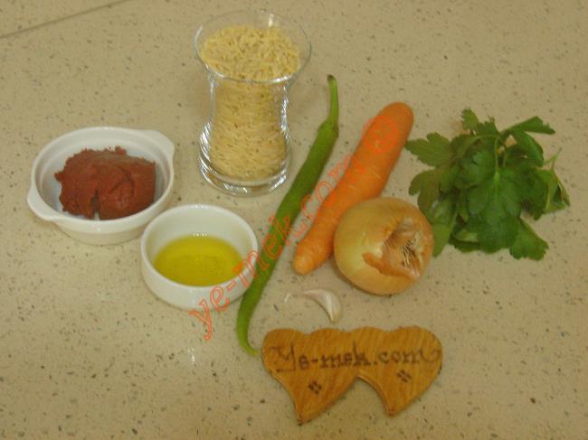 Sebzeli Arpa Şehriye Çorbası İçin Gerekli Malzemeler :  <ul> <li>1 çay bardağı arpa şehriye</li> <li>1 adet küçük boy soğan</li>         <li>1 adet küçük boy havuç</li> <li>1 adet yeşil biber</li>         <li>3 yemek kaşığı sıvı yağ</li>         <li>1 yemek kaşığı domates salçası</li> <li>2 yemek kaşığı limon suyu</li>         <li>1 tutam maydanoz</li>         <li>5 su bardağı sıcak su</li>         <li>Tuz, karabiber</li> </ul>