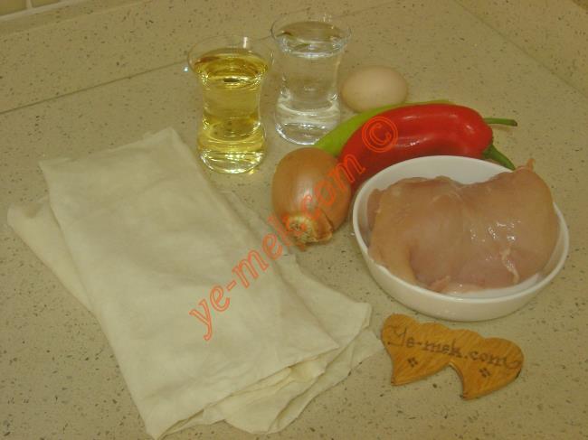 Tavuklu Börek İçin Gerekli Malzemeler :  <ul> <li>2 adet yufka</li> <li><strong>İç Malzemesi İçin:</strong></li>         <li>300 gr tavuk göğsü</li>         <li>1 adet küçük boy soğan</li>         <li>1 adet çerliston biber</li>         <li>1 adet kapya biber</li>         <li>3 yemek kaşığı sıvı yağ</li>         <li>Tuz, karabiber, kimyon</li>         <li><strong>Sosu İçin:</strong></li>         <li>1/2 çay bardağı su</li>         <li>1/2 çay bardağı sıvı yağ</li>         <li><strong>Üzeri İçin:</strong></li>         <li>Yumurta sarısı</li>         <li>Susam</li> </ul>