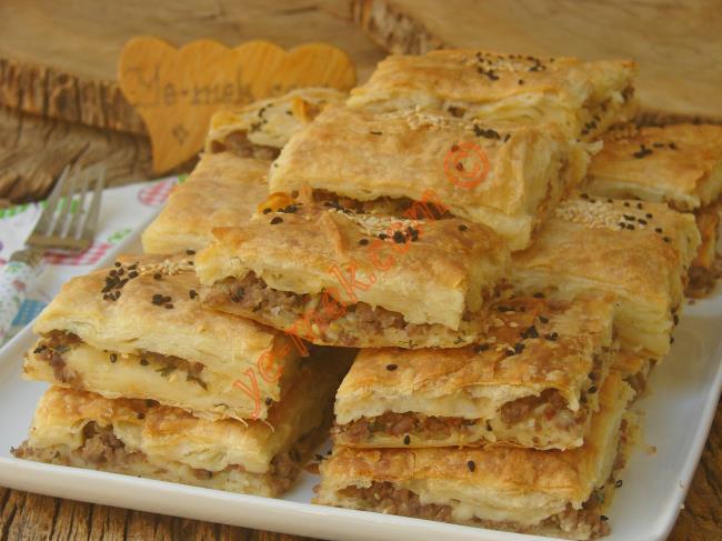 Enfes Sosu İle Su Böreği Lezzetinde : Hazır Yufkadan Kıymalı Börek