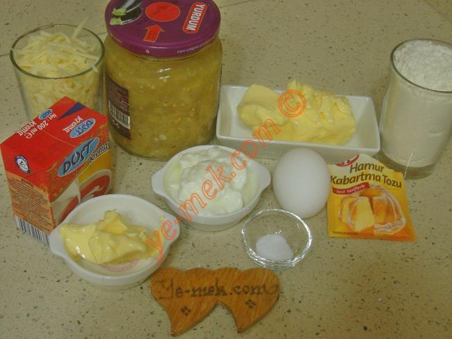 Köz Patlıcanlı Kiş İçin Gerekli Malzemeler :  <ul> <li>100 gr tereyağı (Oda ısısında)</li> <li>1 adet yumurta</li>         <li>3 yemek kaşığı yoğurt</li> <li>1/2 çay kaşığı tuz</li> <li>1/2 çay kaşığı kabartma tozu</li> <li>2,5 su bardağı un</li> <li><strong>Patlıcan Harcı İçin:</strong></li> <li>1 kavanoz hazır közlenmiş patlıcan</li> <li>1 yemek kaşığı tereyağı</li>         <li>1 kutu sıvı krema (200 ml)</li>         <li>1 su bardağı rendelenmiş kaşar peynir</li>         <li>Tuz, karabiber</li>         <li><strong>Üzeri İçin:</strong></li>         <li>Rendelenmiş kaşar peynir</li>         <li>Çeri domatesi</li> </ul>