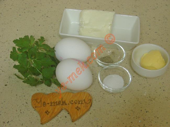 Peynirli Omlet İçin Gerekli Malzemeler :  <ul> <li>2 adet yumurta</li> <li>1 çay kaşığı tereyağı</li> <li>Ufalanmış beyaz peynir</li> <li>2 dal maydanoz</li> <li>Az miktar tuz, karabiber</li> </ul>