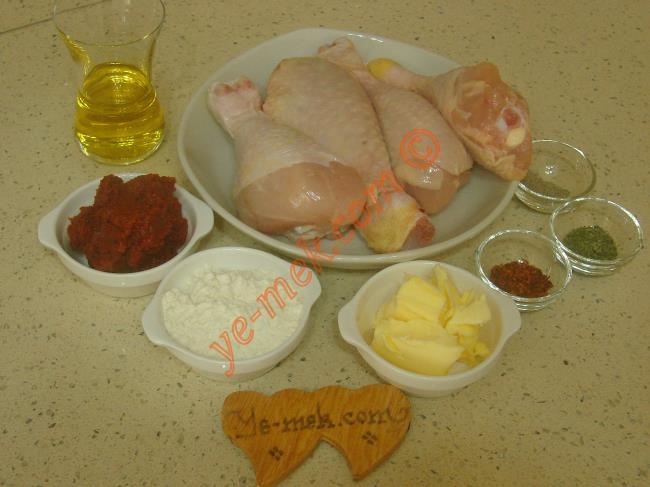 Hamursuz Arabaşı Çorbası İçin Gerekli Malzemeler :  <ul> <li>4 adet tavuk baget</li> <li>1,5 litre sıcak su</li>         <li>3 yemek kaşığı zeytinyağı</li>         <li>1 yemek kaşığı tereyağı</li> <li>2 yemek kaşığı dolusu un</li>         <li>1,5 yemek kaşığı domates salçası</li>         <li>1 tatlı kaşığı biber salçası</li>         <li>1 çay kaşığı kırmızı pul biber</li>         <li>1 çay kaşığı karabiber</li>         <li>1 çay kaşığı nane</li>         <li>Tuz</li> </ul>