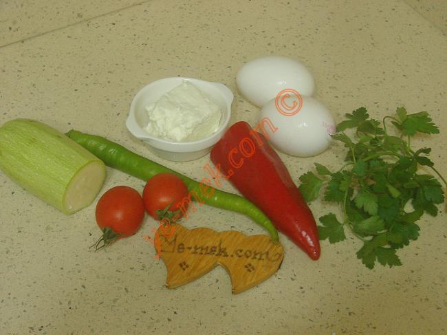 Sebzeli Omlet İçin Gerekli Malzemeler :  <ul> <li>2 adet yumurta</li> <li>1/2 orta boy kabak</li> <li>1/2 orta boy kırmızı kapya biber</li> <li>2 adet sert çeri domatesi</li>         <li>1 adet sivri biber</li>         <li>1 tutam maydanoz</li>         <li>Küçük parça az yağlı beyaz peynir</li>         <li>1 tatlı kaşığı tereyağı</li> <li>Tuz</li> </ul>