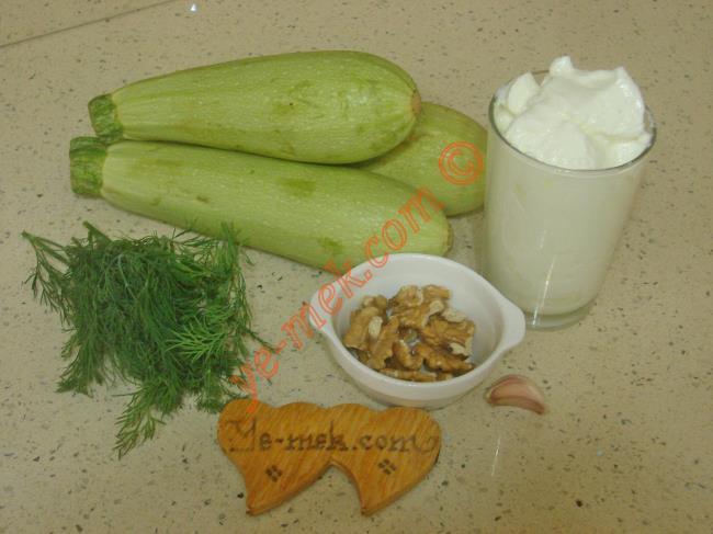 Kabak Tarator İçin Gerekli Malzemeler :  <ul> <li>3 adet orta boy kabak</li>         <li>1 tutam demet dereotu</li>         <li>2 yemek kaşığı dövülmüş ceviz</li>         <li>2 yemek kaşığı zeytinyağı</li>         <li>1 diş rendelenmiş sarımsak</li>         <li>1 su bardağı yoğurt</li>         <li>Tuz</li> </ul>
