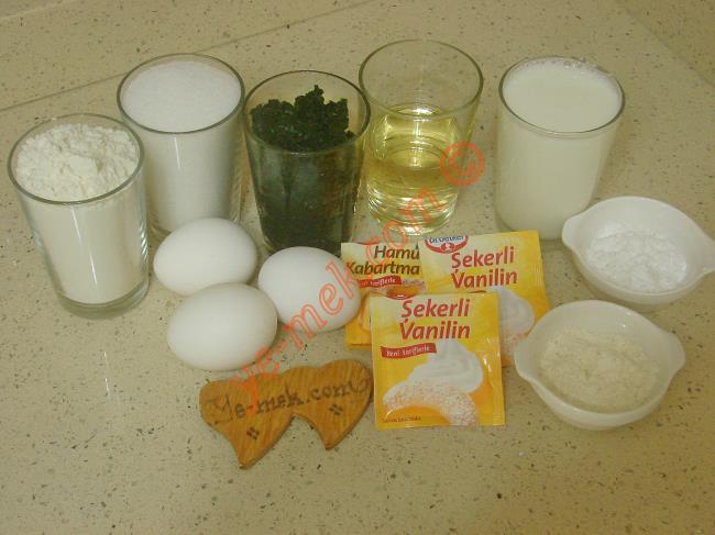 Karpuz Pasta İçin Gerekli Malzemeler :  <ul> <li>3 adet yumurta</li> <li>1 su bardağı toz şeker</li>         <li>1/2 su bardağı sıvı yağ</li> <li>1 su bardağı ıspanak püresi</li> <li>1 paket kabartma tozu</li> <li>2 paket vanilya</li> <li>1,5 su bardağı un</li> <li><strong>Kreması İçin:</strong></li> <li>2 su bardağı süt</li>         <li>4 yemek kaşığı toz şeker</li>         <li>1 yemek kaşığı nişasta</li>         <li>1 yemek kaşığı un</li>         <li>1 tatlı kaşığı tereyağı</li>         <li><strong>Üzeri İçin:</strong></li>         <li>1 paket meyveli sos</li>         <li>Damla çikolata</li> </ul>