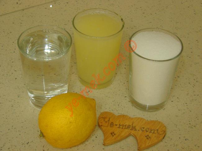 Limonlu Sorbe İçin Gerekli Malzemeler :  <ul> <li>1 su bardağı taze sıkılmış limon suyu</li>         <li>2 su bardağu su</li>         <li>1 su bardağı toz şeker</li>         <li>1 adet limon kabuğu rendesi</li>          </ul>