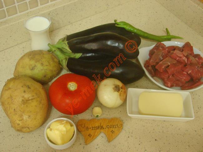 Beykoz Kebabı İçin Gerekli Malzemeler :  <ul>  <li>300 gr kuşbaşı doğranmış et</li> <li>4 adet orta boy patlıcan</li>         <li>1 adet domates</li>         <li>2 adet sivri biber</li>         <li>1 adet soğan</li> <li>1 diş sarımsak</li>         <li>3 yemek kaşığı zeytinyağı</li> <li>Tuz, karabiber</li>         <li>Kızartmak için sıvı yağ</li>         <li><strong>Patates Püresi İçin:</strong></li>         <li>2 adet orta boy patates</li>         <li>1 çay bardağı süt</li>         <li>1 yemek kaşığı tereyağı</li>         <li>2 yemek kaşığı rendelenmiş kaşar peynir</li>         <li>Tuz</li>         <li><strong>Sosu İçin:</strong></li>         <li>1 yemek kaşığı domates salçası</li>         <li>1 su bardağı su</li>         <li>Tuz</li> </ul>